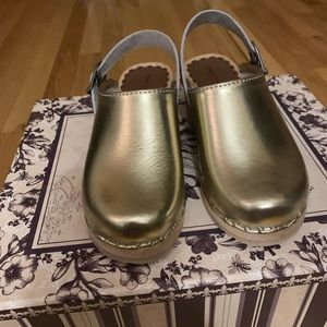 Other - Girls Hanna Andersson gold clog 30